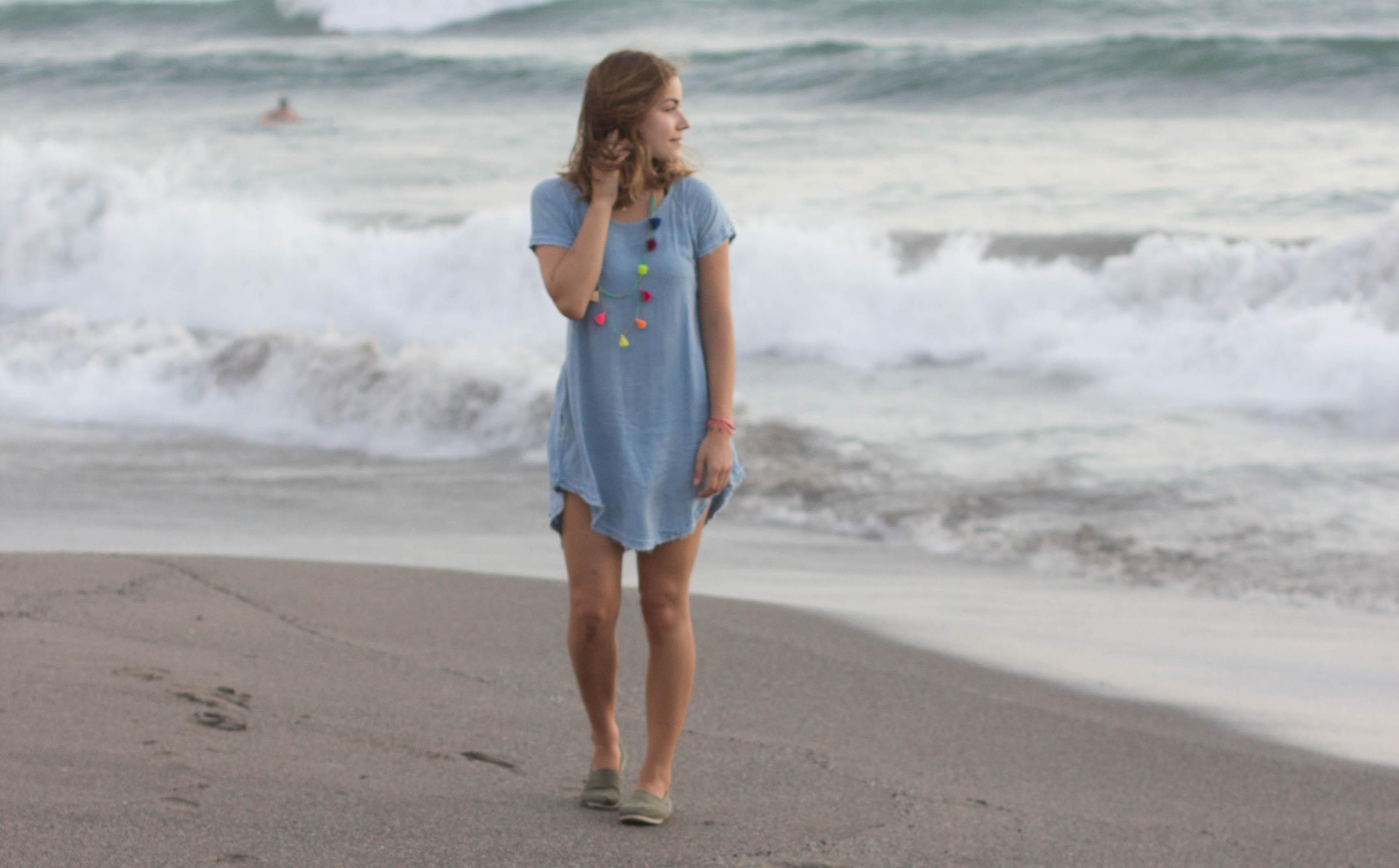 Outfit: Jeanskleid in Bali