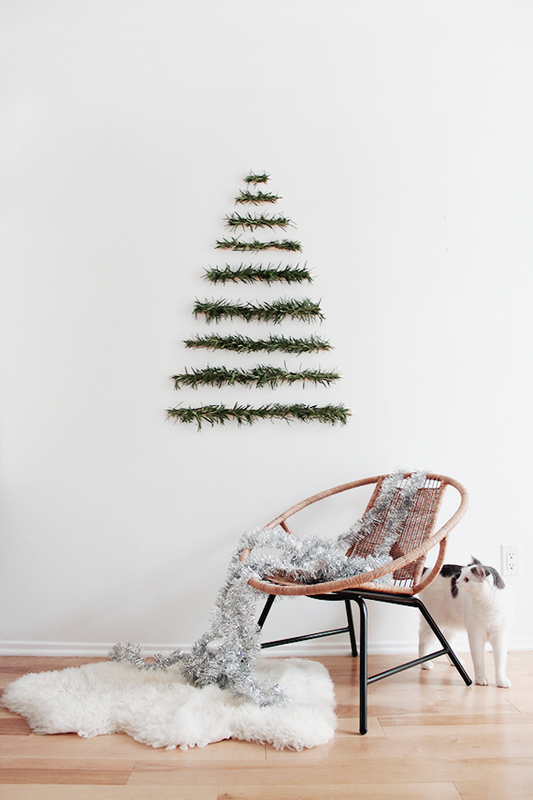 annalaurakummer-weihnachten-inspiration-pinterest-these-holiday-decor-ideas-are-perfect-for-small-spaces-small-space-decor-hanging-christmas-tree-on-white-wall-582f89e5eeb90a08340c6397-w620_h800-jpg