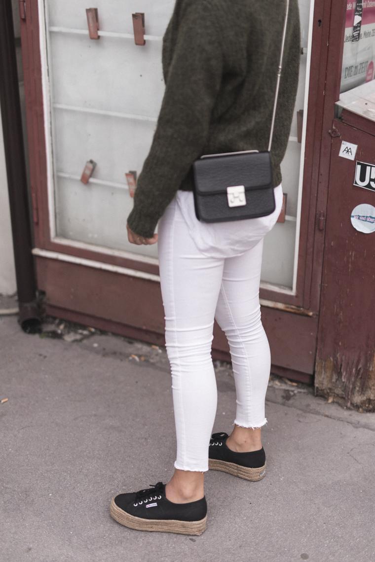 annalaurakummer, wien, outfit, second-hand, grüner pullover, brille, willhaben, weiße jeans