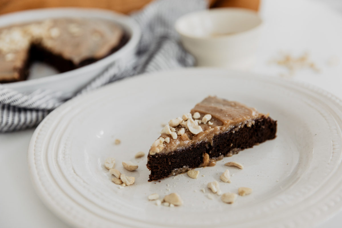 Bananen-Brownie mit Salted Peanutbutter Topping