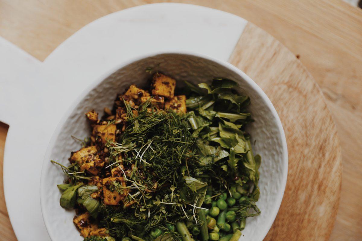 Grüne Bowl mit Tofu, Samen und Kräutern